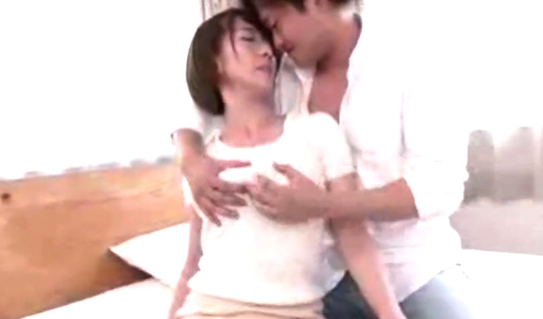 岡村麻友子スレンダー巨乳美魔女が潮吹きSEX! 旦那以外とは久々の性交に乱れまくり!