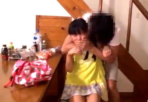 初芽里奈潮吹きSEX! 幼気パイパン少女が漢に襲われまくり!