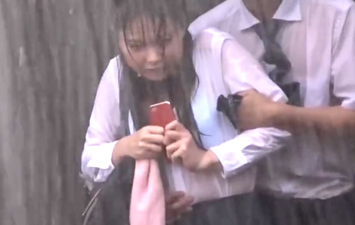 なつめ愛莉 潮吹きSEX! 美女制服JKが雨宿り中スケブラ肌に興奮した漢に突如として襲われまくり!