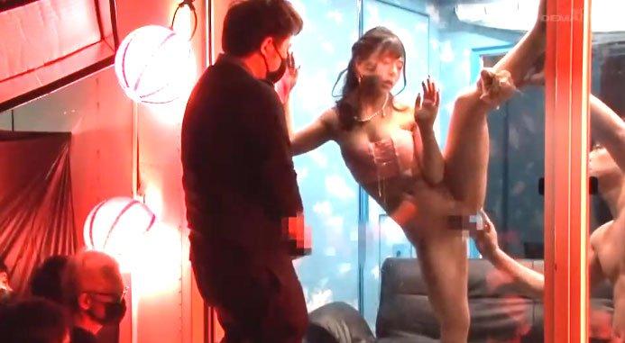 マジックミラー号美女JD潮吹きSEX! ほろ酔いのJDを例の車内へ連れ込み外から丸見え状態