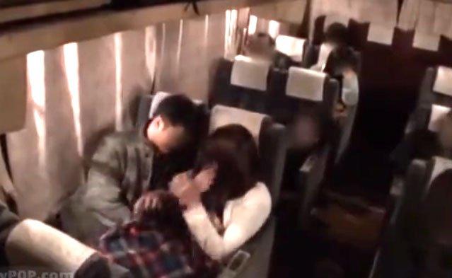 美女潮吹きSEX!夜行バス車内で繰り広げられる淫乱プレイ! 手マン秘部激攻め大量潮吹き!