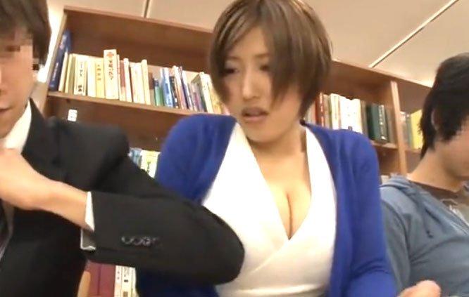 美人巨乳お姉さん潮吹きSEX!図書館で肘ぐりぐり痴漢!エロ谷間魅せつけ事案♡
