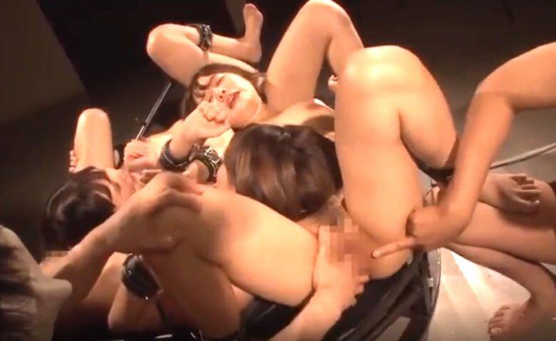 睡眠薬で昏睡させられた美女達がトライアングル拘束監禁潮吹きSEX!!