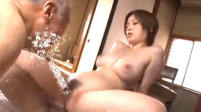 奥田咲 美ボディー巨乳美女が老人達と騎乗位SEX!デカ乳を鬼揺らし大量潮吹き激興奮空間♡