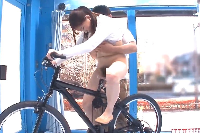 マジックミラー号素人巨乳主婦 潮吹きSEX!極太ディルド付きサドル自転車にまたがり逝きまくり♡